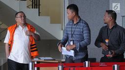 Cagub Sulawesi Tenggara (Sultra) Asrun (kiri) usai menjalani pemeriksaan lanjutan di Gedung KPK, Jakarta, Selasa (17/4). Pemeriksaan untuk melengkapi berkas terkait dugaan suap Asrun. (Merdeka.com/Dwi Narwoko)