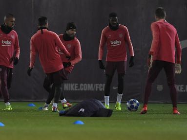 Suasana latihan Barcelona jelang laga lanjutan grup B Liga Champions yang berlangsung di stadion Camp Nou, Spanyol, Rabu (12/12). El Barca akan ditantang Tottenham Hotspur yang butuh kemenangan guna pastikan diri lolos. (AFP/Lluis Gene)