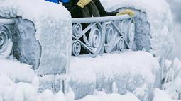 Pengunjung berdiri dekat Horseshoe Falls di Air Terjun Niagara yang membeku di Ontario, Jumat (29/12). Benua Amerika mengalami akhir pekan yang paling dingin tahun ini disebabkan suhu udara mencapai minus 28 derajat. (Aaron Lynett/Canadian Press via AP)