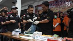 Polisi menunjukkan celana dari tunangan Dhawiya Zaida, Muhammad yang digunakan saat membawa sabu di Polda Metro Jaya, Jakarta, Sabtu (17/2). (Liputan6.com/Arya Manggala)