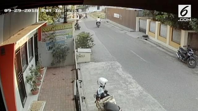 Kawanan begal sadis merampas tas berisi uang Rp 50 juta dan melukai korban. Aksi ini terekam kamera CCTV.