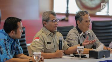 Plh Kepala Pusat Data, Informasi, dan Humas BNPB Agus Wibowo (tengah) memberi keterangan terkait kebakaran hutan dan lahan (karhutla) Sumatra dan Kalimantan di Gedung BNPB, Jakarta, Senin (23/9/2019). BNPB menggandeng Dewan Masjid Indonesia (DMI) untuk mengatasi karhutla. (Liputan6.com/FaizalFanani)