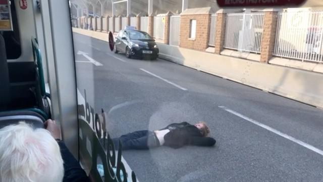 Seorang pria sengaja tiduran di tengah Jalan West Bridgford, Nottingham. Keberadaan pria ini mengundang perhatian pengendara dan warga sekitar.