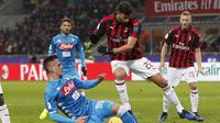 Bek AC Milan, Mussachio tampil apik menahan laju bola Arkadiuz Milik pada laga perempat final Coppa Italia yang berlangsung di stadion San Siro, Milan, Rabu (30/1). AC Milan menang 2-0 atas Napoli (AP Photo/Antonio Calanni)