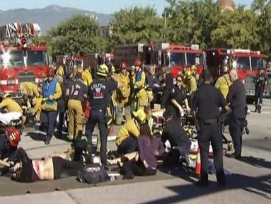Petugas penyelamat memberikan pertolongan pada para korban penembakan di sebuah pusat layanan bagi kaum difabel Inland Regional Center di San Bernardino, California, Rabu (2/12). Sedikitnya 14 tewas dan 17 lainnya terluka. (REUTERS/NBCLA.COM)