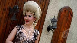 Roro Fitria saat melakukan proses syuting video klip terbarunya 'Culik Aku' di kawasan Petukangan Utara, Jakarta, Kamis (7/5/2015). Video klip tersebut tentang putri kerajaan yang menunggu pangerannya. (Liputan6.com/Faisal R Syam)