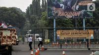 Petugas keamanan berjaga di Taman Margasatwa Ragunan, Jakarta, Sabtu (26/6/2021). Taman Margasatwa Ragunan tutup sementara menyusul Pemberlakuan Pembatasan Kegiatan Masyarakat (PPKM) Mikro terkait melonjaknya kasus COVID-19 di Jakarta. (Liputan6.com/Johan Tallo)