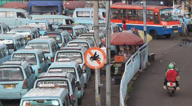 Abaikan Rambu, Pemotor Tetap Lewati Jalur Angkot Terminal Kampung Melayu