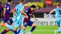 Penyerang Barcelona, Lionel Messi, saat mencoba lepas dari kawalan pemain Leganes di Camp Nou, Rabu (17/6/2020) dini hari WIB. (Foto: Twitter Barcelona FC)