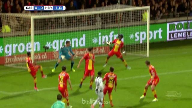 Aksi konyol striker Go Ahead Eagles, Elvis Manu, menghalau tembakan lawan dengan tangannya. This video presented by Ballball.
