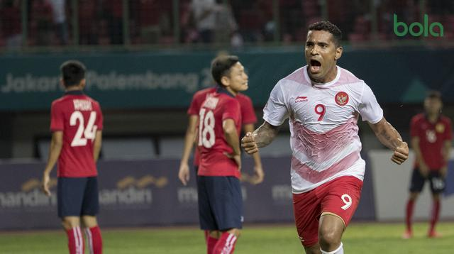 Striker Indonesia, Alberto Goncalves, melakukan selebrasi usai mencetak gol ke gawang Laos pada laga Asian Games di Stadion Patriot, Jawa Barat, Jumat (17/8/2018). (Bola.com/Vitalis Yogi Trisna)