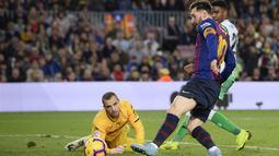 Lionel Messi mampu tampil apik dengan dua gol yang ia ciptakan pada menit ke-68 dan 92' pada laga lanjutan La Liga 2018/19 yang berlangsung di stadion Camp Nou. Barcelona kalah 3-4. (AFP/Josep Lago)