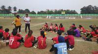 Para pemain PSS Sleman putri mendapatkan pengarahan dari pelatih dalam sebuah sesi latihan di Stadion Tridadi, Sleman.