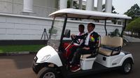 Jokowi membawa Lalu Muhammad Zohri keliling Istana Bogor (Liputan6.com/Hanz Jimenez)