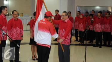 Kepala BKN, Bima Haria Wibisana (kanan depan) menerima bendera Merah Putih dari Sesmenpora, Alfitra Salam saat pelepasan kontingen Asean Civil Service Games 2015 di Wisma Kemenpora Jakarta, Rabu (11/11/2015). (Liputan6.com/Helmi Fithriansyah)