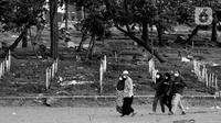 Warga meninggalkan area khusus pemakaman jenazah dengan protokol COVID-19 di TPU Bambu Apus, Jakarta, Kamis (28/1/2021). Hingga Kamis (28/1), di Indonesia, jumlah orang yang meninggal dunia akibat terpapar COVID-19 berjumlah 29.331 jiwa. (Liputan6.com/Helmi Fithriansyah)