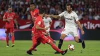 Bek Real Madrid, Nacho, berusaha menghadang pemain Sevilla, Franco Vazquez, pada laga La Liga di Stadion Ramon Sanchez Pizjuan, Rabu (26/9/2018). Sevilla menang 3-0 atas Real Madrid. (AP/Miguel Morenatti)