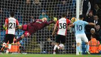 Kiper Southampton, Fraser Forster, gagal mengamankan gawangnya dari tendangan gelandang Manchester City, Raheem Sterling, pada laga Premier League di Stadion Etihad, Manchester, Rabu (29/11/2017). City menang 2-1 atas Southampton. (AFP/Oli Scarff)