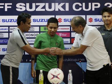 Pemain Timnas Indonesia, Evan Dimas, mendampingi Bima Sakti saat jumpa pers di Stadion Rajamangala, Bangkok, Jumat (16/11). Indonesia akan melawan Thailand pada laga Piala AFF 2018. (Bola.com/M. Iqbal Ichsan)