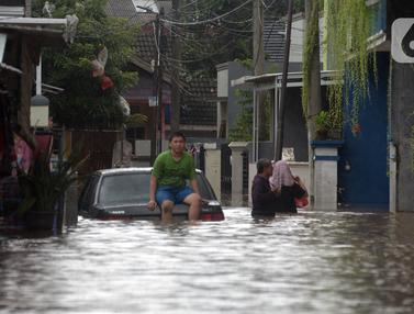 FOTO: Banjir Rendam Rumah Warga di Pejaten