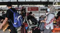 Calon penumpang saat menunggu keberangkatan kereta jarak jauh di Stasiun Pasar Senen, Jakarta, Senin (3/5/2021). PT KAI Daop I mencatat per 3 Mei 2021, ada 20 KA berangkat dari Stasiun Pasar Senen tujuan Jateng dan Jatim.(merdeka.com/Iqbal S. Nugroho)