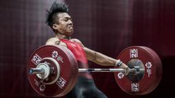 Lifter Indonesia, Deni, saat berlaga pada Asian Games di JIExpo, Jakarta, Rabu (22/8/2018). Deni memastikan lolos ke final setelah berhasil membukukan poin terbaik dengan total angkatan seberat 318 kg. (Bola.com/Vitalis Yogi Trisna)