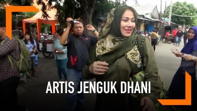Sejumlah artis senior seperti Camelia Malik dan Hengky Tornando menjenguk Ahmad Dhani di Rutan Medaeng.