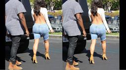 Kim Kardashian tampak seksi dengan busana yang memperlihatkan punggungnya saat kencan dengan Kanye West di kawasan Calabasas, Los Angeles, (19/10/14). (Dailymail)