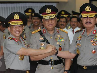 Kapolri Jenderal Pol Tito Karnavian, Komjen Pol Syafruddin dan Kepala Badan Intelijen Negara Jenderal Pol Budi Gunawan (kiri ke kanan) bersalaman usai pelantikan jabatan Wakapolri di Mabes Polri, Jakarta, Sabtu (10/9). (Liputan6.com/Helmi Fithriansyah)