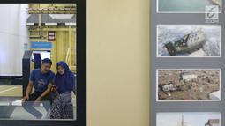 Pengunjung beristirahat saat berkeliling Monumen Kapal Pembangkit Listrik Tenaga Diesel (PLTD) Apung 1 di Aceh, Selasa (31/7). Kapal ini merupakan sumber tenaga listrik bagi wilayah Ulee Lheue sebelum terjadinya tsunami. (Liputan6.com/Immanuel Antonius)