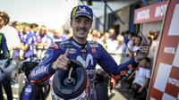 Pembalap Movistar Yamaha, Maverick Vinales usai meraih podium ketiga MotoGP Belanda 2018. (Twitter/Yamaha Motor)