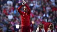 Pemain Liverpool, Jordan Henderson, menyapa fans usai gagal meraih gelar juara Premier League di Stadion Anfield, Minggu (12/5). Liverpool menyudahi musim ini di peringkat kedua klasemen Premier League dengan nilai 97. (AP/Dave Thompson)