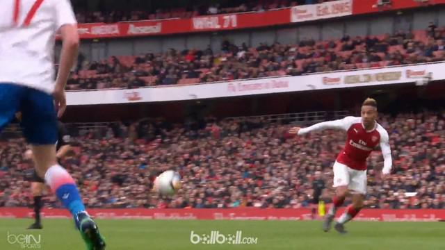 Berita video Pierre-Emerick Aubameyang mencetak 2 gol saat Arsenal menang telak 3-0 atas Stoke City. This video presented by BallBall.