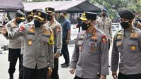 Kapolri Jenderal Listyo Sigit Prabowo meninjau langsung pelaksanaan vaksinasi Covid-19 tahap II jajaran Polda Jawa Barat di Mapolda Jabar, Kota Bandung, Selasa (16/3/2021). (Foto: Mabes Polri)