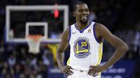 Pebasket Golden State Warriors, Kevin Durant, tersenyum usai mengalahkan Dallas Mavericks pada laga NBA di Oracle Arena, Oakland, Kamis (14/12/2017). Warriors menang 112-97 atas Mavericks. (AP/Marcio Sanchez)