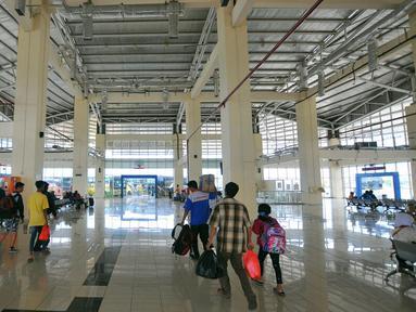 Para penumpang menunggu keberangkatan di terminal terpadu Pulo Gebang, Jakarta, Selasa (27/12). Perbaikan fasilitas di Terminal Pulogebang, Jakarta Timur hingga kini sudah mencapai 90 persen. (Liputan6.com/Angga Yuniar)