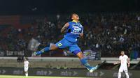 Gelandang Persib Bandung, Febri Hariyadi, merayakan gol yang dicetaknya ke gawang Persebaya Surabaya pada laga Liga 1 Indonesia di Stadion I Wayan Dipta, Bali, Jumat (18/10). Persib menang 4-1 atas Persebaya. (Bola.com/Aditya Wany)