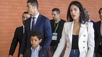 Cristiano Ronaldo, Cristiano Junior, dan kekasihnya Georgina Rodriguez menghadiri acara pergantian nama Bandara di Madeira airport, Santa Cruz, 29 Maret 2017. Madeira Airport berubah menjadi Cristiano Ronaldo Airport. (EPA/Gregorio Cunha)