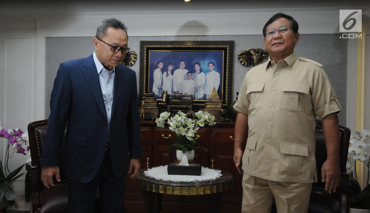 Ketua MPR yang juga Ketua Umum PAN, Zulkifli Hasan (kiri) saat menerima Ketua Umum Partai Gerindra Prabowo Subianto di Rumah Dinas Ketua MPR, Jakarta, Senin (25/6). Pertemuan kedua tokoh tersebut berlangsung tertutup. (Liputan6.com/Helmi Fithriansyah)