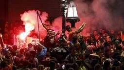 Pendukung Barcelona bergembira ria dan berselfie merayakan keberhasilan tim kesayangan mereka menjuarai Divisi Satu atau La Liga Spanyol di Barcelona, Spanyol (18/5/2015). Barcelona juara setelah mengalahkan Atletico Madrid 1-0. (REUTERS/Gustau Nacarino)