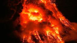 Pemandangan lava panas yang keluar dari puncak Gunung Mayon di Kota Legazpi, Provinsi Albay, Filipina, Selasa (23/1). Lebih dari 27.000 penduduk desa telah meninggalkan rumah mereka sejak Gunung Mayon bergemuruh dalam sepekan. (AP Photo/Bullit Marquez)