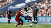 Gelandang Liverpool, Naby Keita, berebut bola dengan bek Tottenham Hotspur, Danny Rose, pada laga Premier League di Stadion Wembley, Sabtu (15/9/2018). Tottenham Hotspur takluk 1-2 dari Liverpool. (AFP/AdrianDennis)