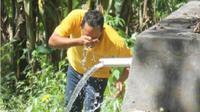 Salah seorang pengunjung mencuci muka dengan air di Sendang Kali Gondang, Desa Wisata Jembrak, Kecamatan Pabelan, Kabupaten Semarang, Jateng. (Imam Yuda Saputra/JIBI - Semarangpos.com)