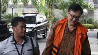 Mantan Direktur Operasional Lippo Group Billy Sindoro dikawal petugas saat tiba di gedung KPK, Jakarta, Kamis (13/12). Billy Sindoro kembali diperiksa KPK terkait kasus suap perizinan proyek Meikarta. (Liputan6.com/Herman Zakharia)
