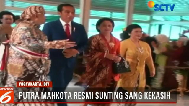 Kedatangan Jokowi langsung disambut Wakil Gubernur Yogyakarta Sri Paduka Paku Alam X yang merupakan ayah dari mempelai pria.