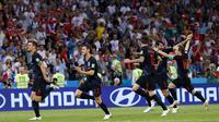 Para pemain Kroasia merayakan kemenangan atas Rusia pada laga perempat final Piala Dunia di Stadion Fisht, Sochi, Sabtu (7/7/2018). Kroasia menang 2-2 (4-3) atas Rusia. (AP/Manu Fernandez)