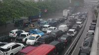 Hujan yang mengguyur kota jakarta dari malam hari membuat kemacetan di jalan Letjend Suprapto, cempaka putih, jakarta pusat, Senin (9/2/2015).  (Liputan6.com/Herman Zakharia)