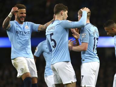 Para pemain Manchester City merayakan gol ke gawang Wolverhampton Wanderers pada laga Premier League di Stadion Etihad, Manchester, Senin (14/1). Manchester City menang 3-0 atas Wolverhampton Wanderers. (AP/Dave Thompson)
