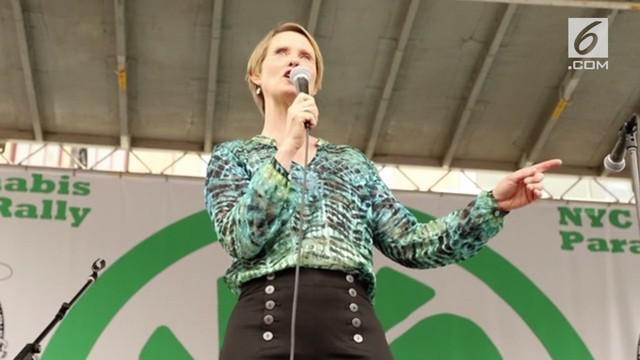 Calon Gubernur New York yang juga bintang Sex And The City, Cynthia Nixon, sepenuhnya mendukung legalisasi penggunaan ganja di kota Big Apple, untuk keperluan medis.