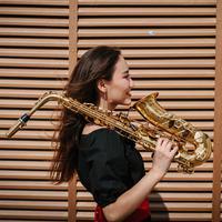 ilustrasi perempuan pecinta jazz/Photo by Damir Kopezhanov on Unsplash